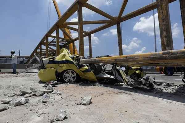 Condutor n�o percebeu que a ca�amba do ve�culo estava levantada e derrubou passarela na Linha Amarela foto: Ricardo Moraes/Reuters (Ricardo Moraes/Reuters)