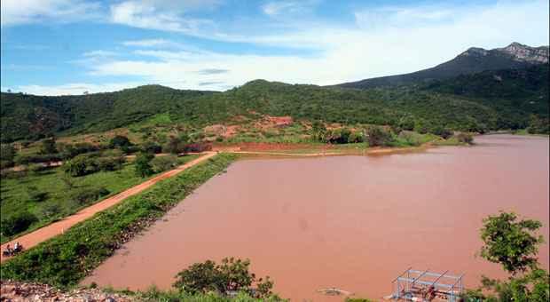 Barragem de Tremedal, em Monte Azul, no extremo Norte do estado, h� 15 dias (acima), e em junho de 2013, quando era apenas um lama�al (abaixo). Falta de barragens na regi�o � problema. Foto: Wilson Fialho/Divulga��o