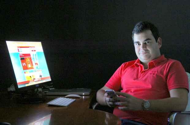 O analista de sistemas Aril Tavares j� utilizou 20 cupons em quatro meses e economizou, no per�odo, cerca de R$ 500. Foto: Paulo Paiva/DP/D.A Press