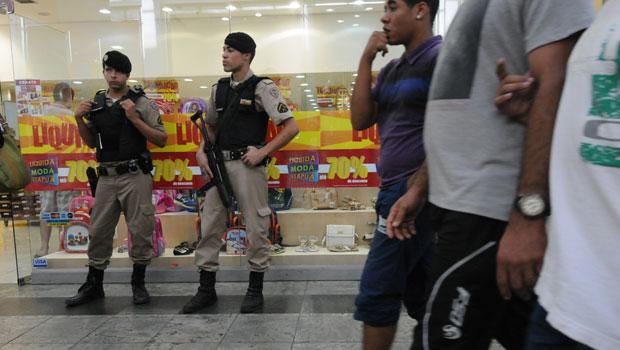 Policiais dentro do shopping: Justi�a concedeu liminar que proibia rolezinho sob pena de multa. Foto: Beto Novaes/EM/D.A. Press