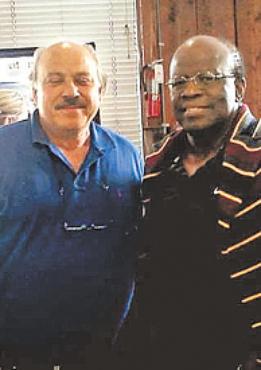 Ministro posa com o foragido Antonio Mahfuz foto: Facebook/reprodu��o da internet  (Facebook/reprodu��o da internet )