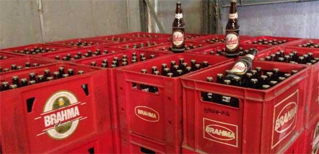 Garrafas de cerveja da marca Lokal recebiam r�tulos das de marca Brahma e Skol. Foto: D�borah Morato/TV Alterosa