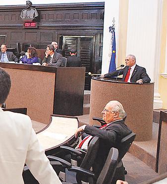 Leite (na tribuna) puxou os discursos contra o governo foto: Roberto Soares/ALEPE (Roberto Soares/ALEPE)