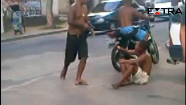 V�deo: homem de bermuda preta mata Igor, que estava sentado na cal�ada foto: Reprodu��o/Internet (Reprodu��o/Internet)