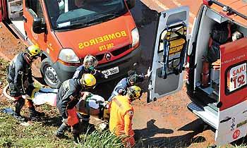 Bombeiros prestaram socorro a Luciano da Silva, que n�o resistiu ap�s ficar 15 minutos submerso foto: Marcelo Ferreira/CB/D.A Press (Marcelo Ferreira/CB/D.A Press)