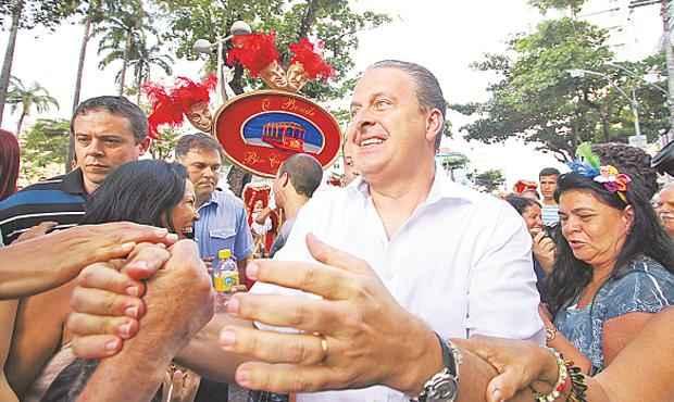 Eduardo Campos � cumprimentado por foli�es durante a inaugura��o do Pa�o do Frevo, no Recife foto: Paulo Paiva/DP/D.A PRESS (Paulo Paiva/DP/D.A PRESS)