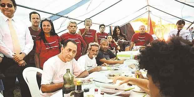 Petista almo�a com militantes um dia antes de ser preso foto: Antonio Cruz/AGENCIA BRASIL (Antonio Cruz/AGENCIA BRASIL)