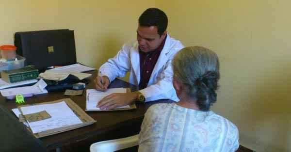Ortelio atende paciente em Pariquera-A�u: governo providenciar� substituto foto: Facebook/Reprodu��o (Facebook/Reprodu��o)
