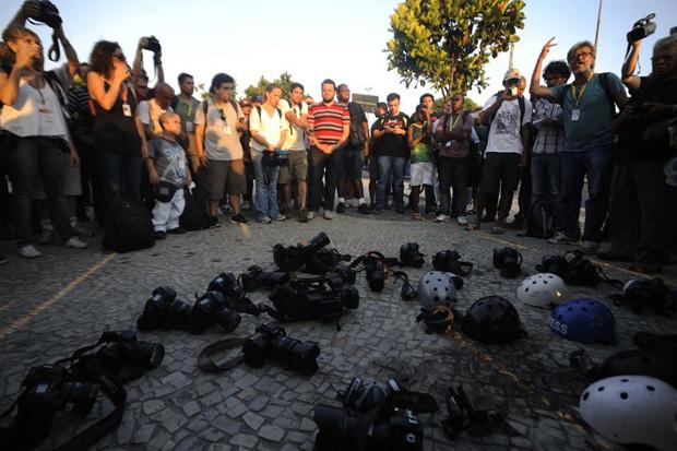 Ontem a tarde rep�rteres prestaram uma homenagem ao cinegrafista Santiago Andrade. Foto: Fernando Fraz�o/Ag�ncia Brasil