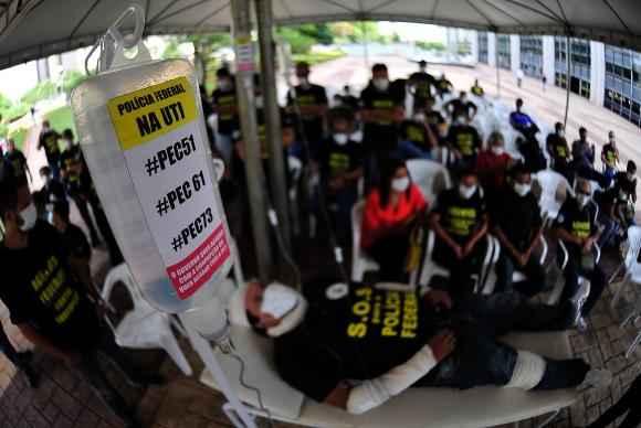 Policiais Federais protestam, com uma encena��o da Pol�cia doente, numa maca de hospital, com bal�o de oxig�nio e soros, simbolizando a deplor�vel situa��o do �rg�o foto: Marcelo Camargo/Ag�ncia Brasil  (Marcelo Camargo/Ag�ncia Brasil)