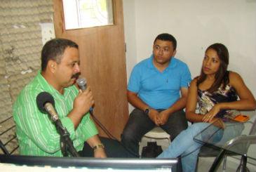 O m�dico Luis Enrique Marzo Herrera (de verde) n�o aparece no munic�pio h� um m�s. Foto: Reprodu��o/Internet/jornalgazzetadosertao.com (Reprodu��o/Internet/jornalgazzetadosertao.com)