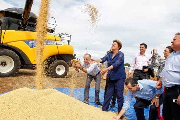 Presidenta Dilma Rousseff durante cerim�nia por ocasi�o da abertura oficial da colheita da safra brasileira de gr�os 2013/2014 e in�cio do plantio da 2� safra. Foto: Roberto Stuckert Filho/PR
