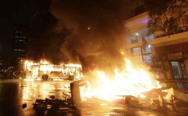 �nibus incendiado por black blocs, no Rio, em outubro de 2013: puni��o maior para crime praticado em meio de transporte p�blico foto: Ricardo Moraes/Reuters (Ricardo Moraes/Reuters)
