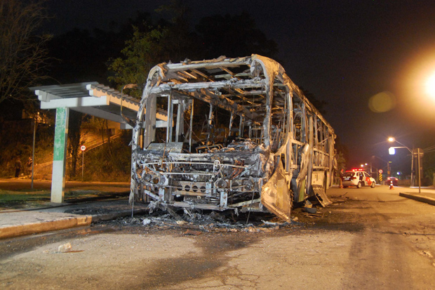 Pessoas armadas abordaram o ve�culo e ordenaram que os   passageiros descessem, em seguida atearam fogo. Foto: H�lio Torchi/Estad�o Conte�do