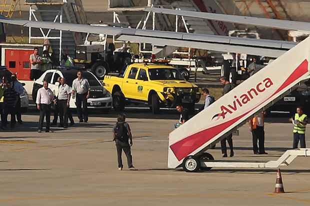 Caio Silva e Souza (camisa preta), chegou �s 8h42 no Aeroporto Internacional Tom Jobim, no Rio. Caio chegou no voo 06211 (Salvador-Rio, da Avianca). Ele foi preso em Feira de Santana. Foto: F�bio Motta/Estad�o Conte�do