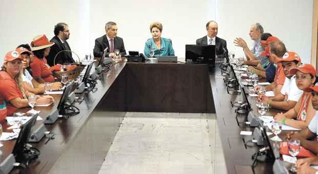 No encontro com os sem-terra, Dilma anunciou que ser� formado um grupo de estudos para vistoriar terras e acelerar os assentamentos foto: Ant�nio Cruz/Ag�ncia Brasil  (Ant�nio Cruz/Ag�ncia Brasil)