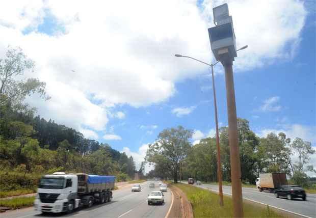 Radar na BR-040: no fim de 2013, Dnit reconheceu que s� 0,59% das 290 mil multas emitidas a partir de agosto de 2012 em Minas tinham gerado arrecada��o. Foto: Leandro Couri/EM/D.A. Press