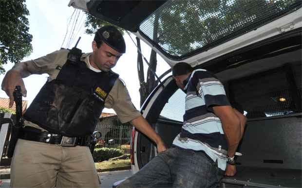 Momento em que um dos assaltantes foi preso no dia 29 de abril de 2013. Foto: Maria Tereza Correia/EM/D.A. Press