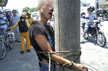 Suspeito de assalto foi contido por algumas pessoas que estavam pr�ximas ao local do crime. Foto: Pol�cia Militar/Divulga��o