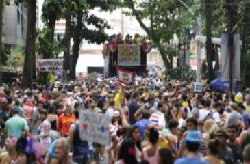 Desfile do bloco Imprensa Que eu Gamo inova com o casamento da porta-bandeira Aline Prado (T�nia R�go/Ag�ncia Brasil)