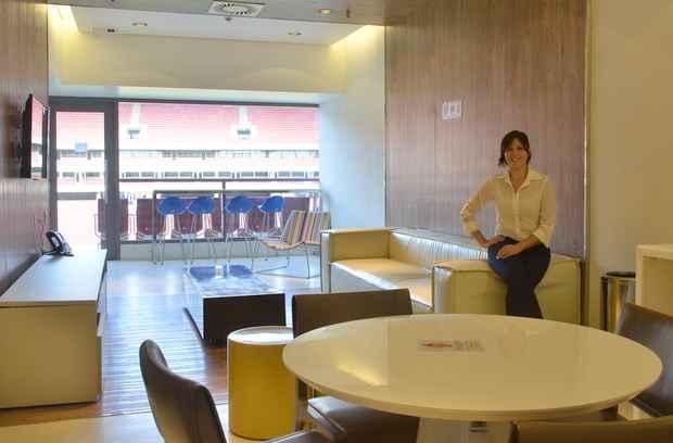 A arquitetura Camila Duarte entrou como estagi�ria para ajudar na concep��o dos ambientes internos, a exemplo dos camarotes e �reas VIP, e hoje � uma das respons�veis por fazer a gest�o dos espa�os nos dias de eventos. Foto: Cristiane Silva/Esp.DP/D.A Press