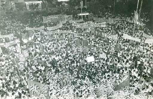 H� 30 anos, mais de 15 mil pessoas se reuniram no Recife para com�cio pelas Diretas J� na Pra�a da Independ�ncia. Foto: Mauricio Coutinho/DP/D.A Press  (Mauricio Coutinho/DP/D.A Press )