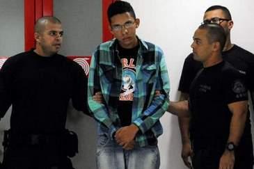 Caio (C), suspeito de soltar o roj�o, foi preso na �ltima quarta-feira na Bahia (T�nia R�gp/Ag�ncia Brasi)