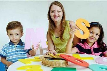Juliana Viola com os filhos, Sara e Murilo. Ela teve dificuldades para matricul�-lo na pr�-escola porque ele completa 3 anos depois de 31 de mar�o  (Bruno Peres/CB/D. A Press)