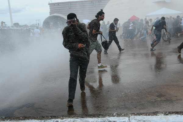 Confronto entre policiais e manifestantes: governo teme protestos violentos na Copa do Mundo e ainda patina no planejamento de a��es preventivas foto: Iano Andrade/CB/D.A Press  (Iano Andrade/CB/D.A Press)