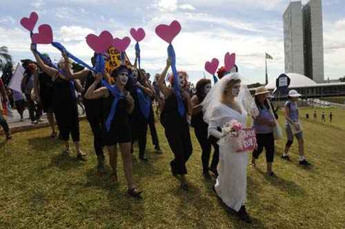Manifesta��o em frente ao Congresso Nacional cobra o fim da viol�ncia contra a mulher foto: Iano Andrade/CB/D.A (Iano Andrade/CB/D.A)