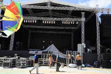 Montagem de palco no Recife Antigo: oportunidade de ganhar dinheiro extra. Foto: Annaclarice Almeida/DP/D.A Press