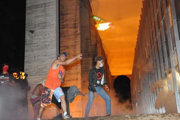 Manifestantes atiraram coquetel molotov contra o Pal�cio do Itamaraty, durante protesto em junho de 2013. Foto: Breno Fortes/CB/D.A Press/Arquivo