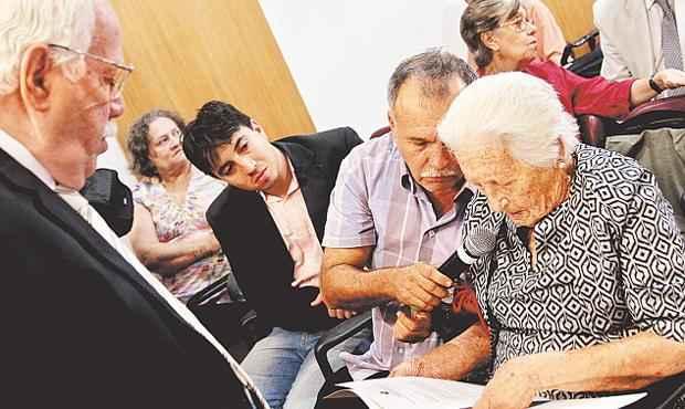 Elzira recebe da Comiss�o da Verdade documenta��o referente ao seu filho Fernando foto: Nando Chiappetta/DP/ D. A PRESS (Nando Chiappetta/DP/ D. A PRESS)