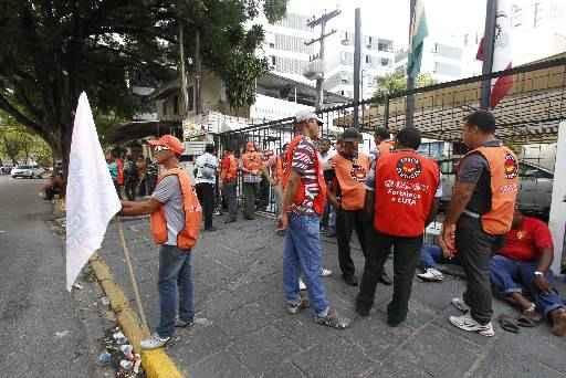 Sindicalistas se concentraram em frente � procuradoria do trabalho, no Espinheiro. Foto: Ricardo Fernandes/DP/D.A Press
