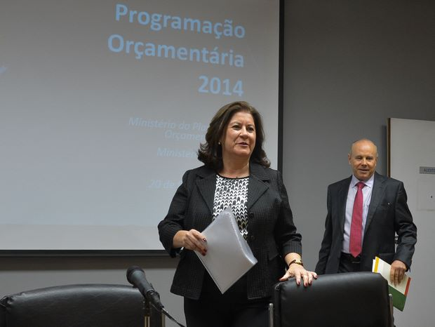 Alertada pelo ministro da Fazenda, Guido Mantega, sobre a troca de nomes, a ministra Miriam corrigiu: %u201CPresidenta Lula, eu falei? Desculpe. Presidenta Dilma%u201D, disse bem humorada. Foto: Wilson Dias/ABr