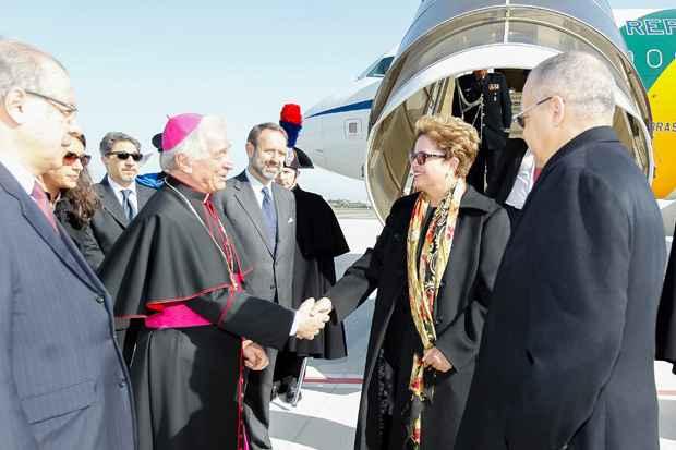 Presidenta Dilma Rousseff recebe cumprimentos durante chegada a Roma. Foto: Roberto Stuckert Filho/PR
