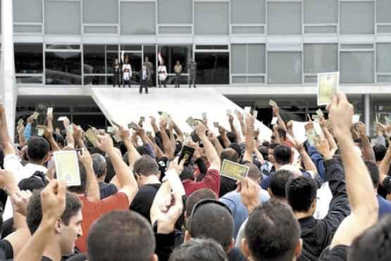 Cerca de 2 mil PMs e bombeiros marcharam ontem na Esplanada dos Minist�rios antes de se concentrarem em frente ao Pal�cio do Planalto: faixas e palavras de ordem, apesar de acordo firmado com o GDF. Foto: Gustavo Moreno/CB/D.A. Press