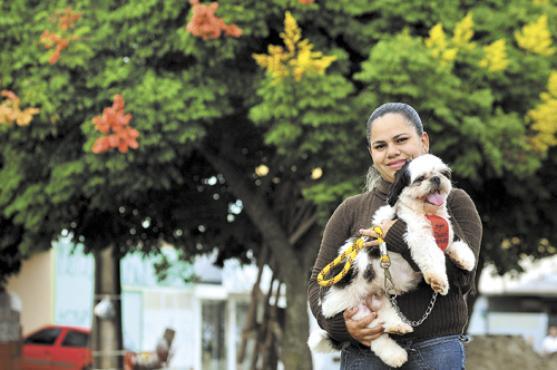 Mayara achou o shitzu na rua e j� fez o que p�de para localizar o dono. O animal � d�cil e ela confessa que n�o tem vontade de se desfazer do animal. Fotos: Marcelo Ferreira/CB/D.A Press