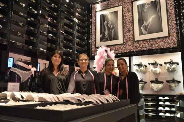 Nas unidades da Loungerie, clientes s�o recebidas por vendedoras com uma fita m�trica para medir busto e costas. Foto: Cristiane Silva/ Esp.DP/ D.A.Press