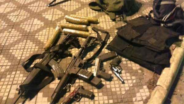 A pol�cia apreendeu fuzis, pistolas e bananas de dinamite que seriam utilizadas para roubos � caixas eletr�nicos - Foto: O popular.net/Reprodu��o (O popular.net/Reprodu��o)