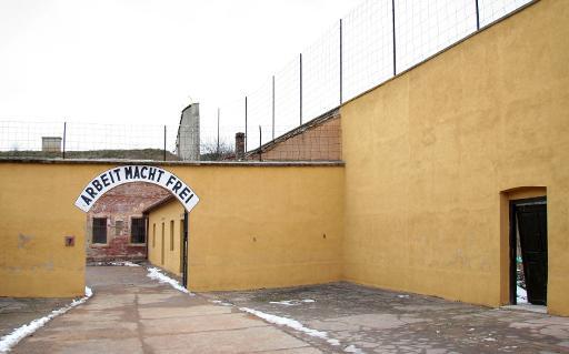 Entrada do campo de concentração de Terezin, na República Tcheca, com a frase