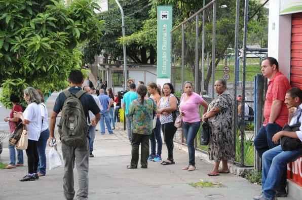 Passageiros aguardam �nibus do lado de fora da Esta��o Diamante, no Barreiro. Foto: Paulo Filgueiras/EM D.A Press