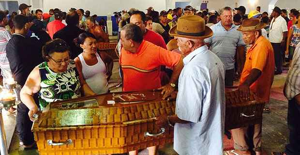 Velório coletivo, realizado no início da manhã no São Caetano Social Clube, reuniu centenas de moradores da cidade. Foto: Teresa Maia/DP/D.A Press