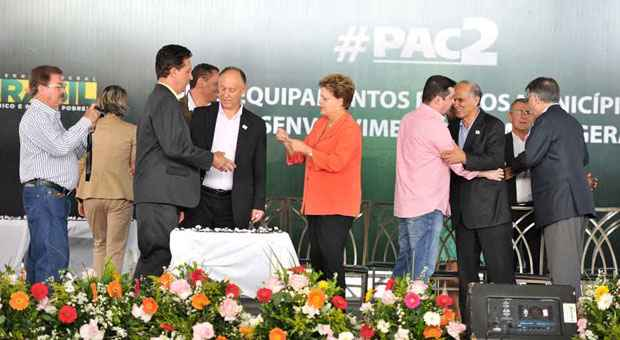 Presidente Dilma na solenidade de entrega de equipamentos �s prefeituras, em Betim: depois dos protestos, discurso de apoio aos grevistas foto: Alexandre Guzanshe/EM/D.A PRESS  (Alexandre Guzanshe/EM/D.A PRESS)