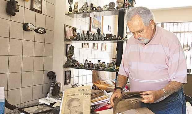 O irm�o de Dem�crito, Jorge de Tarso, guarda at� hoje not�cias do assassinato foto: Alcione Ferreira/DP/D. A PRESS (Alcione Ferreira/DP/D. A PRESS)