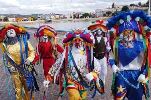 Figuras folclóricas desfilam pelas ruas da cidade durante a folia. Foto: Teresa Maia/DP/D.A Press