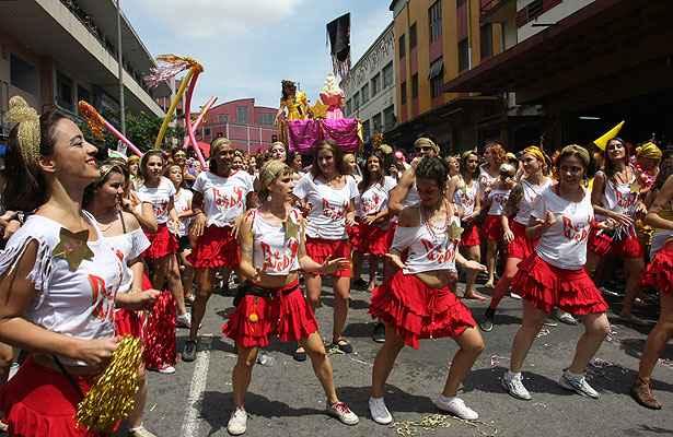 Se havia d�vida sobre o renascimento do carnaval de rua na capital, ela foi enterrada neste s�bado. A festa atraiu uma multid�o em v�rias regi�es. Foto: Ed�sio Ferreira/EM/D.A Press