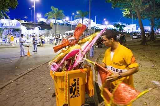 Gari recolhendo lixo do carnaval (AFP/Arquivos Antonio Scorza )