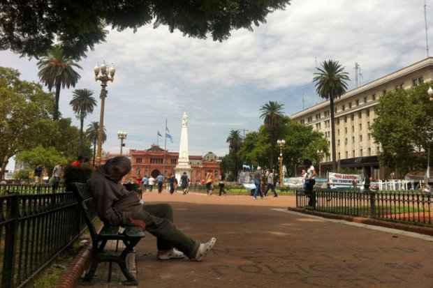 Pedinte cochila em banco perto da Casa Rosada, sede do governo do pa�s. Foto: Diego Amorim/CB/D.A Press