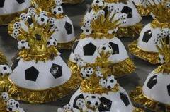 No ano da Copa, dourado e bolas de futebol brilham na ala das baianas  (Fernando Fraz�o/Ag�ncia Brasil )